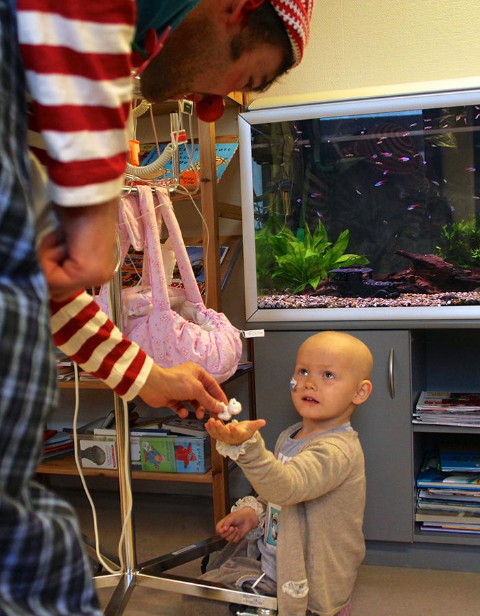 Arturo hilser på Ⓒ Foto Mai Linn Opseth Tronstad, Sykehusklovnene