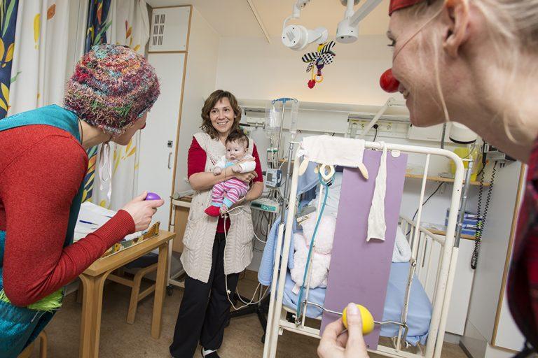 Hilser på baby Rikshospitalet Ⓒ Foto Bjørg Hexeberg, Sykehusklovnene