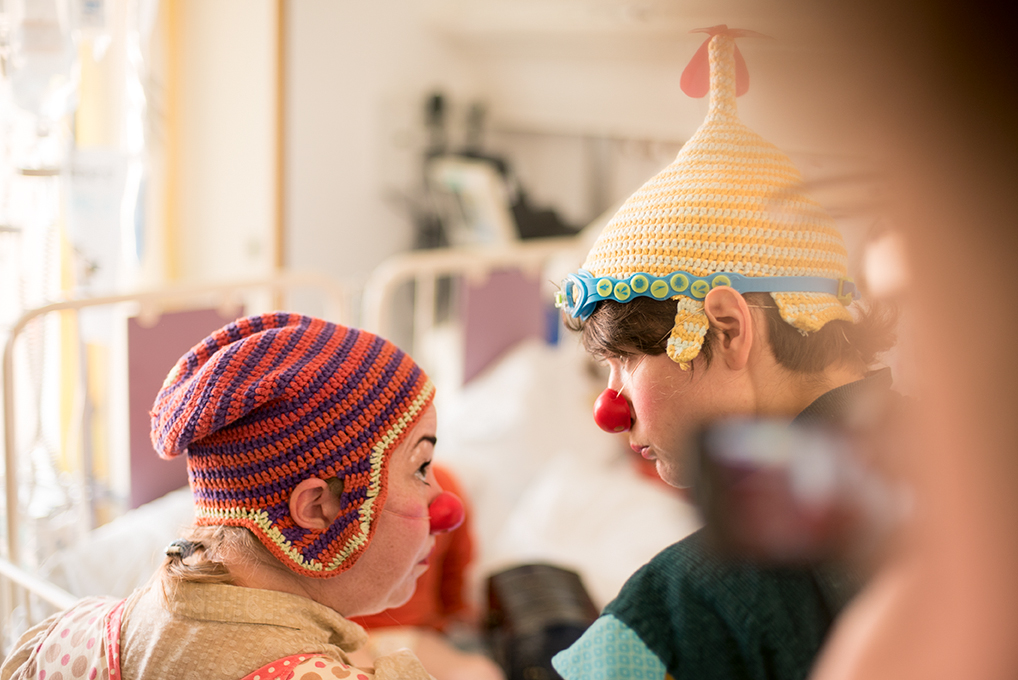 Cirka og Fjups Ups på besøk, Sykehusklovnene