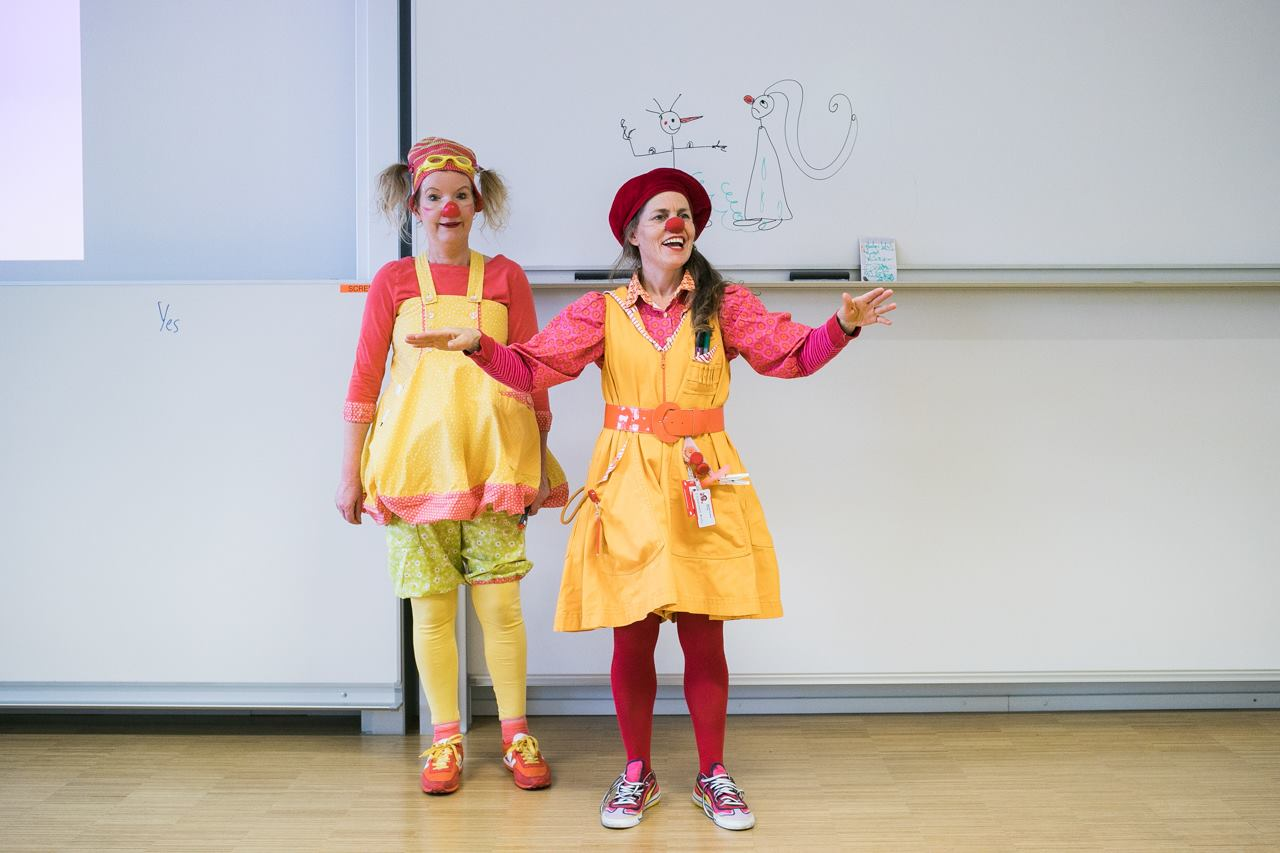 Beatrix Brennemanet og Pling underviser i sykehusklovning
