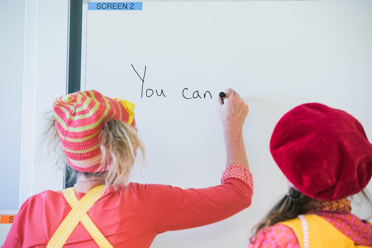 Beatrix og Pling underviser, skriver på tavle
